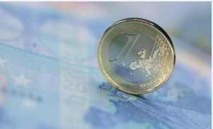 Euro dips before inflation data